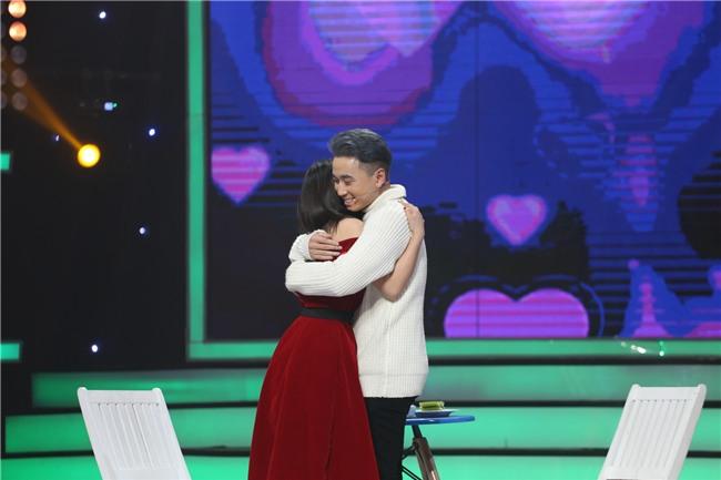 Vì yêu mà đến: Happy ending thứ 3 xuất hiện, Karik nắm tay cô sinh viên xinh đẹp rời khỏi chương trình-9