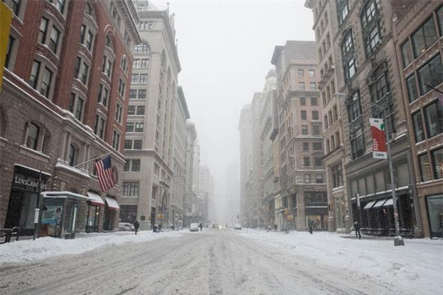 """New York như """"hành tinh khác"""" trong trận bão tuyết khiến nước Mỹ lạnh hơn sao Hỏa - Ảnh 1."""