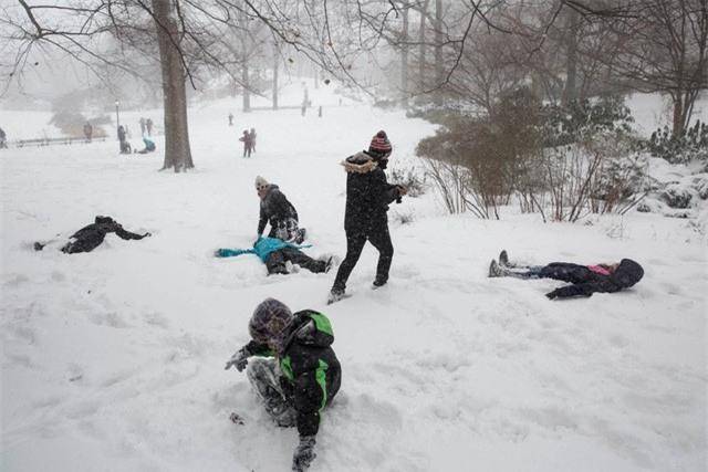 """New York như """"hành tinh khác"""" trong trận bão tuyết khiến nước Mỹ lạnh hơn sao Hỏa - Ảnh 10."""