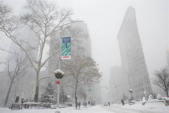 """New York như """"hành tinh khác"""" trong trận bão tuyết khiến nước Mỹ lạnh hơn sao Hỏa - Ảnh 2."""