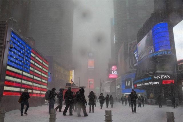 """New York như """"hành tinh khác"""" trong trận bão tuyết khiến nước Mỹ lạnh hơn sao Hỏa - Ảnh 5."""
