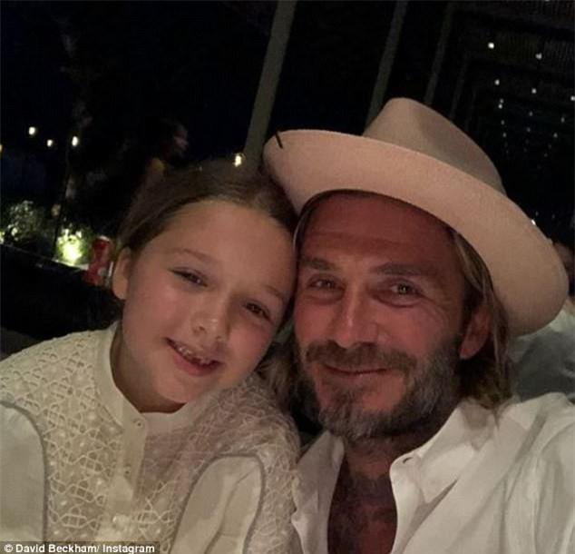 Bố con Harper Beckham bắt chước cảnh ngậm cùng một sợi mì siêu đáng yêu trong phim hoạt hình - Ảnh 4.