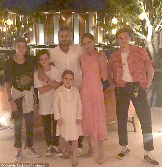 Bố con Harper Beckham bắt chước cảnh ngậm cùng một sợi mì siêu đáng yêu trong phim hoạt hình - Ảnh 8.