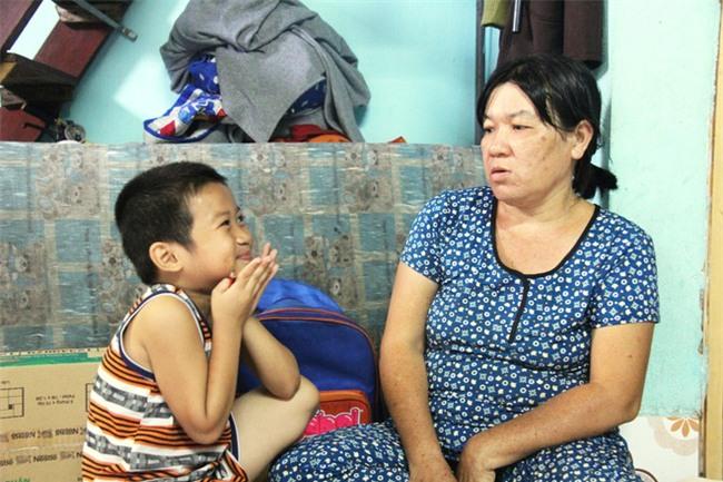 Hai con đi lạc, mẹ để luôn ở trung tâm bảo trợ, mỗi tháng chỉ dám xin vào nhìn lén từ xa vì lí do ứa nước mắt - Ảnh 14.