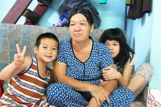 Hai con đi lạc, mẹ để luôn ở trung tâm bảo trợ, mỗi tháng chỉ dám xin vào nhìn lén từ xa vì lí do ứa nước mắt - Ảnh 17.