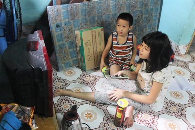 Hai con đi lạc, mẹ để luôn ở trung tâm bảo trợ, mỗi tháng chỉ dám xin vào nhìn lén từ xa vì lí do ứa nước mắt - Ảnh 3.