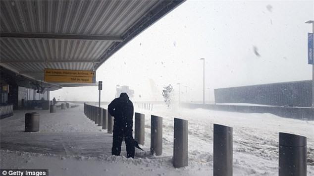 Cảnh tượng kinh hoàng ngày nước Mỹ chìm trong bom bão tuyết: Sân bay phủ tuyết trắng, hơn 4,000 chuyến bay bị hủy - Ảnh 1.