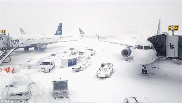 Cảnh tượng kinh hoàng ngày nước Mỹ chìm trong bom bão tuyết: Sân bay phủ tuyết trắng, hơn 4,000 chuyến bay bị hủy - Ảnh 2.