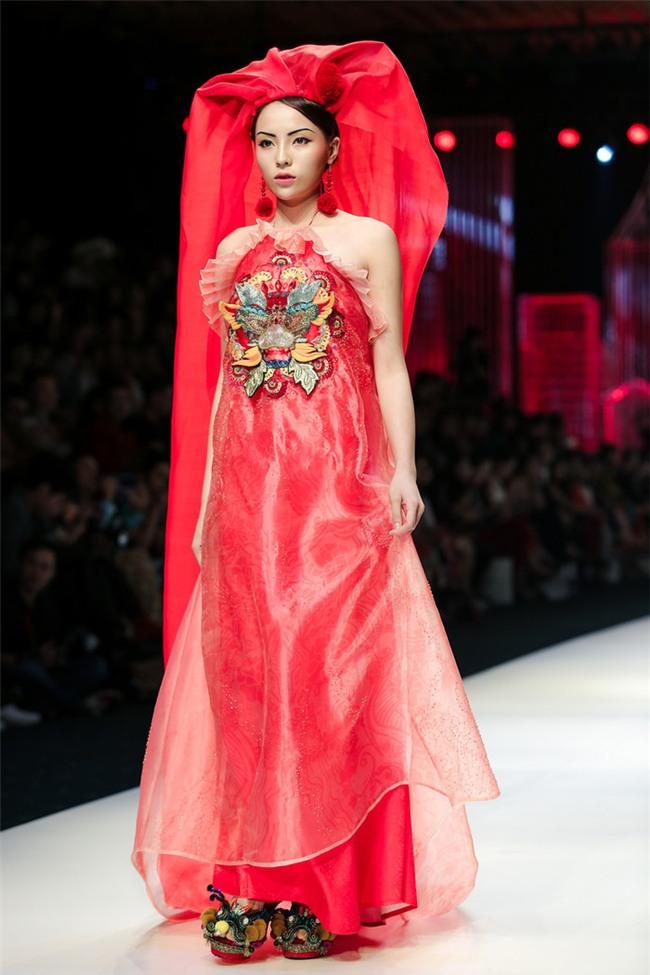 Diệnáo dài đỏ, kết hợp cùng khăn trùm đầu dài, đây chính là lần đầu tiên người đẹp Nam Định đảm nhận vị trí vedette ở Vietnam International Fashion Week 2017. - Tin sao Viet - Tin tuc sao Viet - Scandal sao Viet - Tin tuc cua Sao - Tin cua Sao