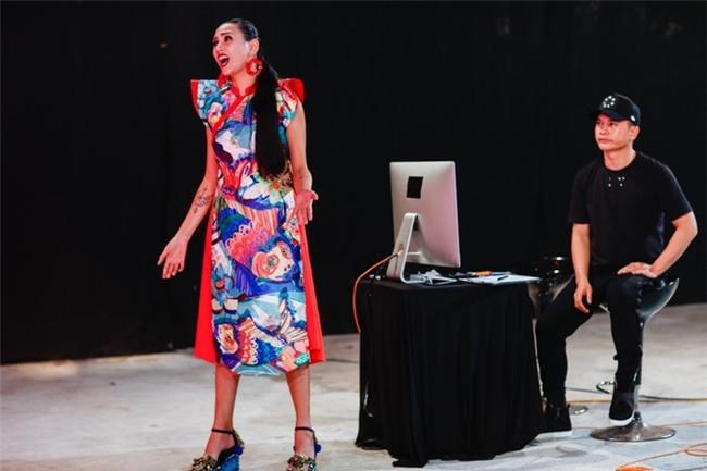 """Với lối nhận xét tinh tế cùng kinh nghiệm có được trong nhiều năm làm nghề, quả không sai khi nói rằng chính Võ Hoàng Yến đã """"cứu"""" Vietnam's Next Top Model 2017, giúp chương trình tăng lượng xem dữ dội - Tin sao Viet - Tin tuc sao Viet - Scandal sao Viet - Tin tuc cua Sao - Tin cua Sao"""