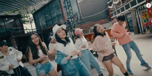 Áo denim phối giầy high heels đinh tán, Mỹ Tâm hóa quý cô retro chất chơi trong MV mới-3