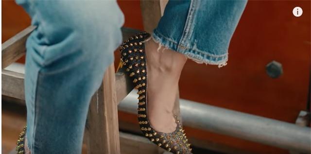 Áo denim phối giầy high heels đinh tán, Mỹ Tâm hóa quý cô retro chất chơi trong MV mới-4