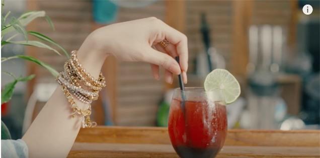 Áo denim phối giầy high heels đinh tán, Mỹ Tâm hóa quý cô retro chất chơi trong MV mới-5