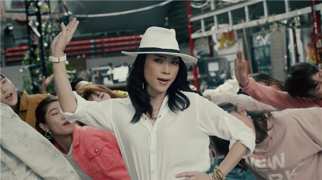 Áo denim phối giầy high heels đinh tán, Mỹ Tâm hóa quý cô retro chất chơi trong MV mới-6