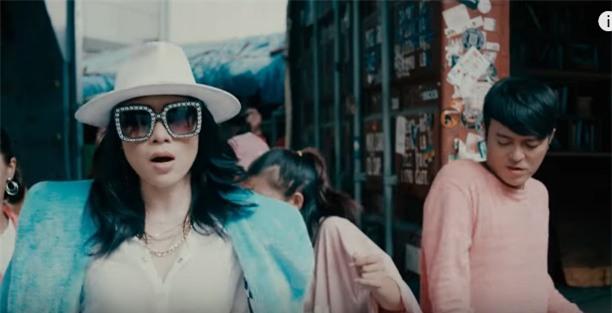 Áo denim phối giầy high heels đinh tán, Mỹ Tâm hóa quý cô retro chất chơi trong MV mới-7