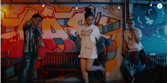 Áo denim phối giầy high heels đinh tán, Mỹ Tâm hóa quý cô retro chất chơi trong MV mới-8