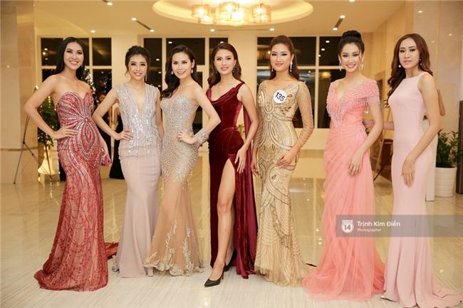 Là đối thủ trực diện, Hoàng Thuỳ và Mâu Thủy vẫn thân thiết sánh đôi trong tiệc kỉ niệm 10 năm Hoa hậu Hoàn vũ Việt Nam - Ảnh 14.