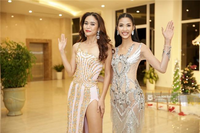 Là đối thủ trực diện, Hoàng Thuỳ và Mâu Thủy vẫn thân thiết sánh đôi trong tiệc kỉ niệm 10 năm Hoa hậu Hoàn vũ Việt Nam - Ảnh 2.