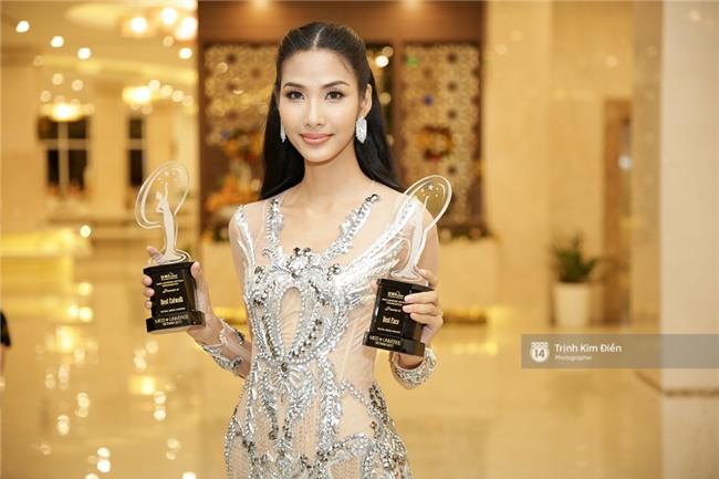 Là đối thủ trực diện, Hoàng Thuỳ và Mâu Thủy vẫn thân thiết sánh đôi trong tiệc kỉ niệm 10 năm Hoa hậu Hoàn vũ Việt Nam - Ảnh 3.