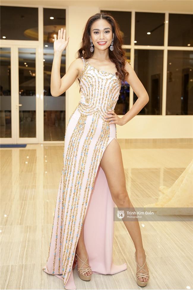 Là đối thủ trực diện, Hoàng Thuỳ và Mâu Thủy vẫn thân thiết sánh đôi trong tiệc kỉ niệm 10 năm Hoa hậu Hoàn vũ Việt Nam - Ảnh 4.