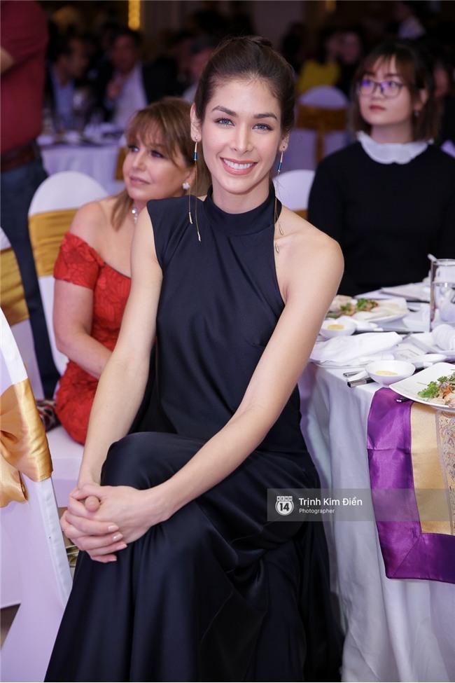 Là đối thủ trực diện, Hoàng Thuỳ và Mâu Thủy vẫn thân thiết sánh đôi trong tiệc kỉ niệm 10 năm Hoa hậu Hoàn vũ Việt Nam - Ảnh 5.
