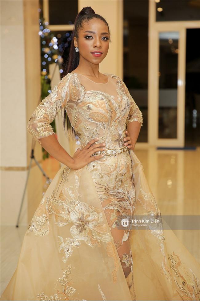 Là đối thủ trực diện, Hoàng Thuỳ và Mâu Thủy vẫn thân thiết sánh đôi trong tiệc kỉ niệm 10 năm Hoa hậu Hoàn vũ Việt Nam - Ảnh 9.