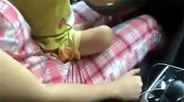 Dân mạng kịch liệt lên án người mẹ trẻ cho con lái xe ô tô, vần vô lăng như người lớn - Ảnh 3.