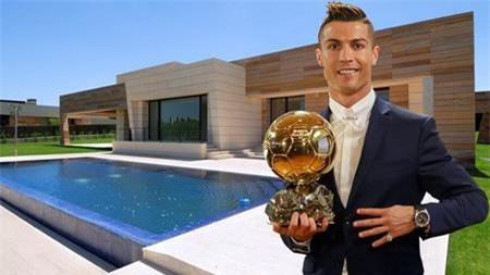 Để thuận tiện thi đấu và tập luyện cùng câu lạc bộ Real Madrid, C.Ronaldo sớm đã sắm sửa một dinh thự ở thủ đô Madrid, Tây Ban Nha.