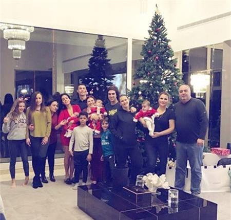 Giáng sinh vừa qua, cả đại gia đình C.Ronaldo đã quây quần bên nhau và trang trí một cây thông Noel rực rỡ.