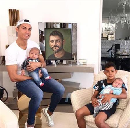 Người cha quá cố José Dinis Aveiro cũng được C.Ronaldo tưởng nhớ.