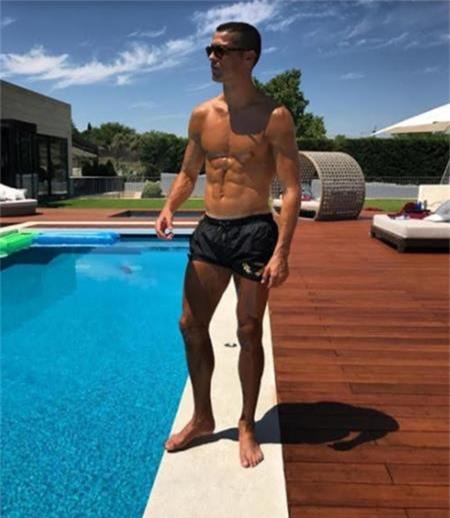 Bể bơi cực kì rộng rãi của C.Ronaldo cũng khiến cho nhiều fans phải trầm trồ.