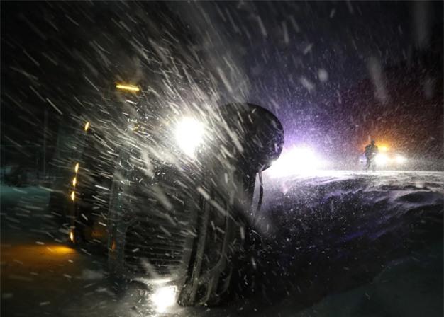"""Toàn bộ sân bay ở New York buộc phải đóng cửa và hàng trăm chuyến bay tại Boston cũng bị hủy do thời tiết xấu. """"Bom bão tuyết"""" cũng gây ra tình trạng ngập lụt, cũng như các vụ tai nạn xe và mất điện. (Ảnh: Getty)"""