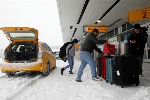 """Gần 5.000 chuyến bay đã bị hủy sau khi """"bom bão tuyết"""" đổ bộ. Trong ảnh: Sân bay LaGuardia chìm trong màu trắng của tuyết. (Ảnh: Reuters)"""