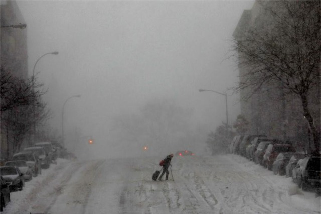 Theo Washington Post, đây là đợt tuyết rơi nhiều nhất tại bang Georgia trong gần 30 năm qua. Trong ảnh: Một người phụ nữ co ro trong giá lạnh ở khi băng qua đường ở Manhattan. (Ảnh: Reuters)