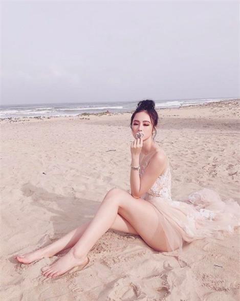 """Chẳng cần bikini khi đi biển, Angela Phương Trinh vẫn đủ khả năng """"đốt mắt"""" người khác."""