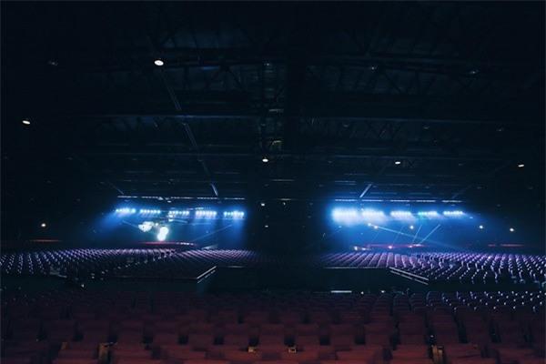 Sân khấucó tổng cộng khoảng 7.500 chỗ ngồi.