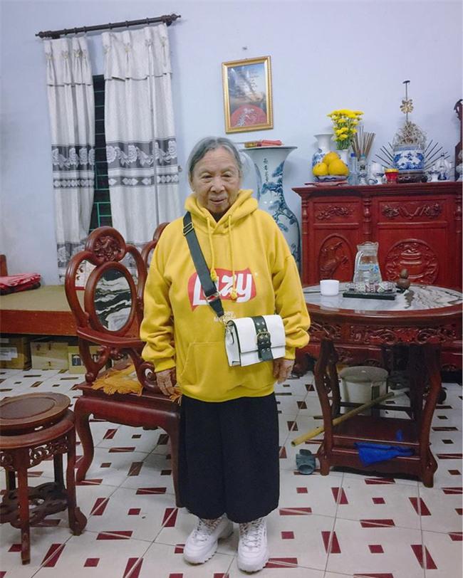 Mặc áo hoodie vàng, mang giày FILA, bà nội 87 tuổi bỏ xa lớp trẻ vì độ sành điệu - Ảnh 3.