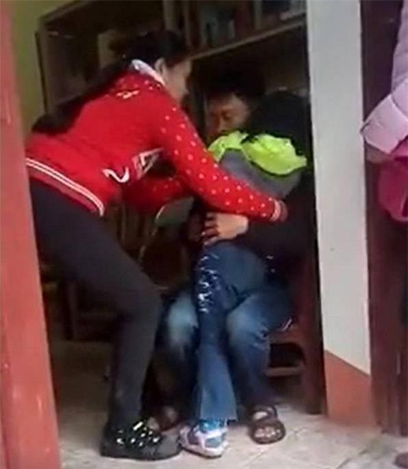 Vụ bé gái khóc thét khi mẹ quay về đón sau 6 năm bỏ đi: Không nên ép buộc con trẻ đi theo cha hoặc mẹ - Ảnh 3.