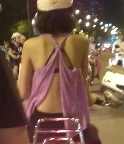 Mặc quần đùi siêu ngắn đi xe giường nằm, cô gái hớ hênh khiến dân mạng ngao ngán - Ảnh 9.