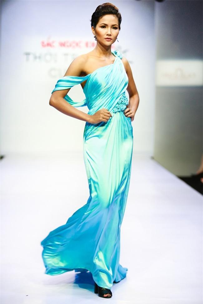 Trước khi đăng quang Hoa hậu, HHen Niê đã là một người mẫu sáng giá với những khoảnh khắc catwalk xuất thần thế này đây - Ảnh 13.