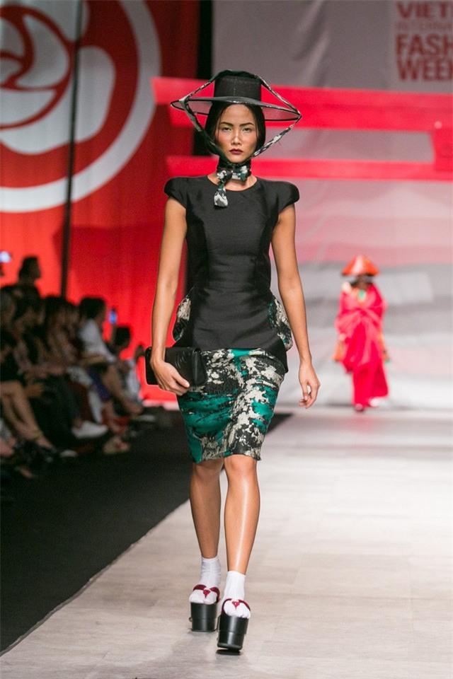 Trước khi đăng quang Hoa hậu, HHen Niê đã là một người mẫu sáng giá với những khoảnh khắc catwalk xuất thần thế này đây - Ảnh 8.