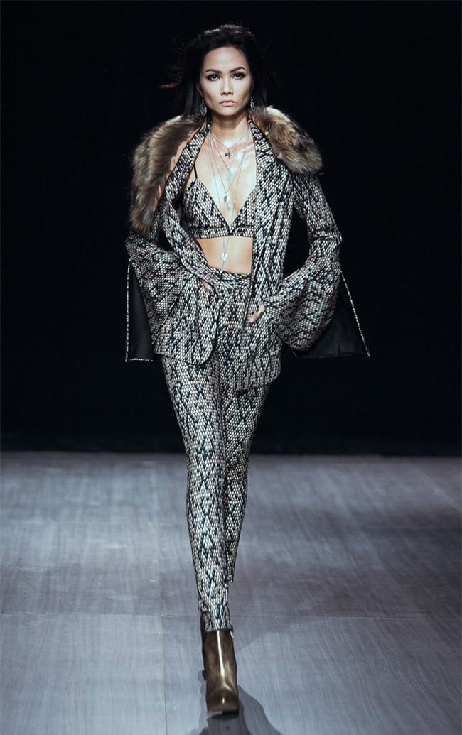Trước khi đăng quang Hoa hậu, HHen Niê đã là một người mẫu sáng giá với những khoảnh khắc catwalk xuất thần thế này đây - Ảnh 9.