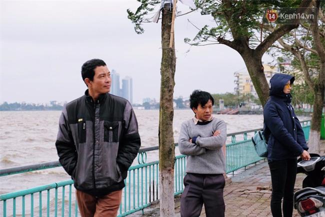 Hà Nội: Gió rét thổi mạnh, nhiều người chạy xe máy bị quật chao đảo trên đường phố - Ảnh 2.