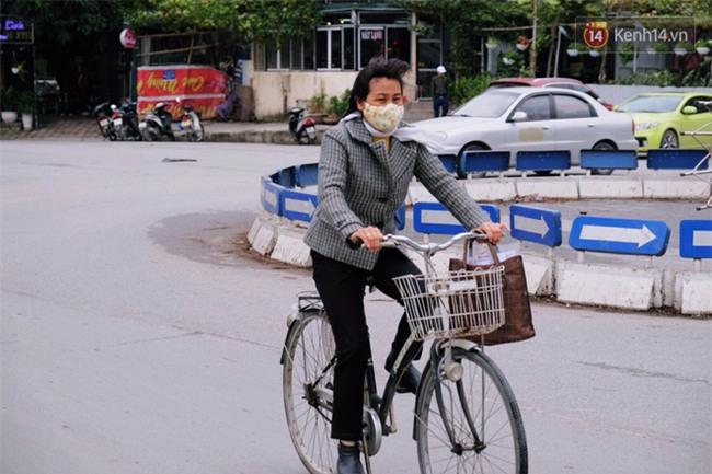 Hà Nội: Gió rét thổi mạnh, nhiều người chạy xe máy bị quật chao đảo trên đường phố - Ảnh 3.