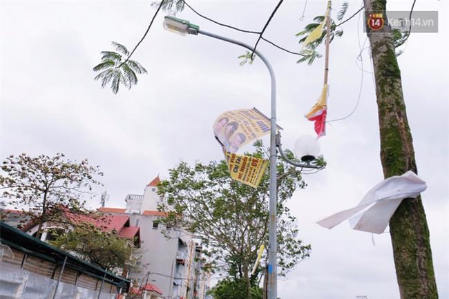 Hà Nội: Gió rét thổi mạnh, nhiều người chạy xe máy bị quật chao đảo trên đường phố - Ảnh 4.