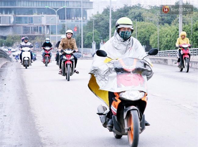 Hà Nội: Gió rét thổi mạnh, nhiều người chạy xe máy bị quật chao đảo trên đường phố - Ảnh 5.