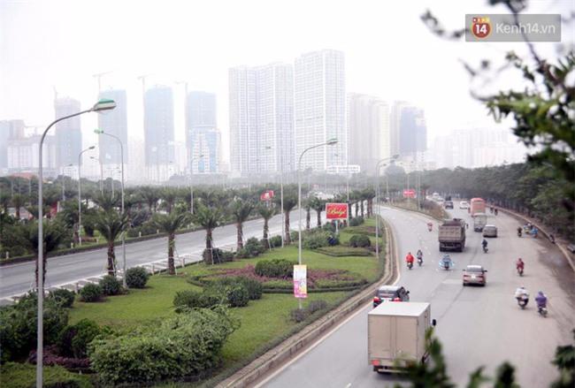 Hà Nội: Gió rét thổi mạnh, nhiều người chạy xe máy bị quật chao đảo trên đường phố - Ảnh 6.