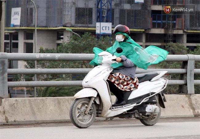 Hà Nội: Gió rét thổi mạnh, nhiều người chạy xe máy bị quật chao đảo trên đường phố - Ảnh 7.