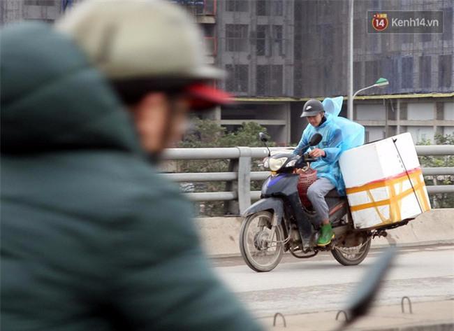 Hà Nội: Gió rét thổi mạnh, nhiều người chạy xe máy bị quật chao đảo trên đường phố - Ảnh 8.