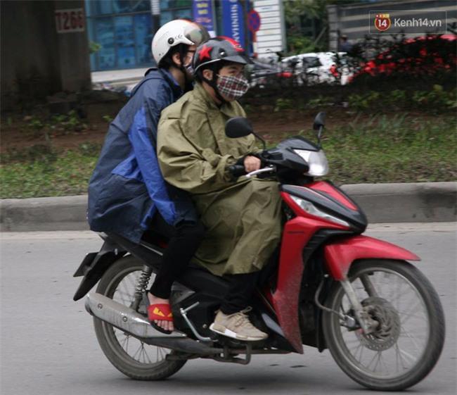Hà Nội: Gió rét thổi mạnh, nhiều người chạy xe máy bị quật chao đảo trên đường phố - Ảnh 9.